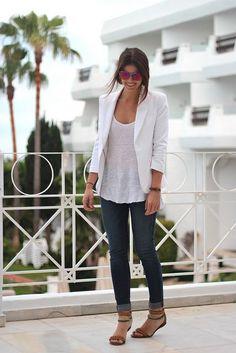 10 Ways to Wear A White Blazer | White Blazer + Basic Tee http://effortlesstyle.com/how-to-wear-a-white-blazer/