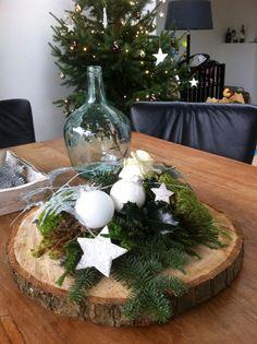 Mooi, modern en landelijk kerststuk! Gemaakt op een boomstamschijf.: