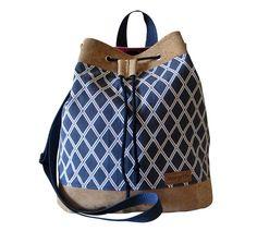 Die zauberhafte Drawstring Bag aus gemusterten Canvas ist mit pflaumenfarbigen Canvas gefüttert und wird mit einer blauen Kordel geschlossen. Der Taschenboden