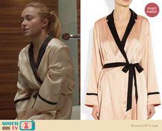 Juliette's cream and black contrast trim bath robe on Nashville.  Outfit details: http://wornontv.net/15622/