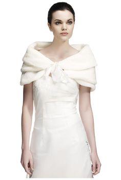 ... court de mariée en fausse fourrure porté comme une petite cape http://yesidomariage.com - Conseils sur le blog de mariage