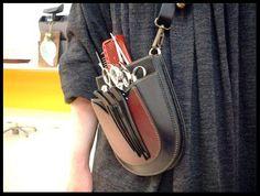 昨年オーダー頂いたシザーズケースの使用中の姿を撮影させて頂きました。やっぱり仕事道具が入っている使用中の姿は良いですねぇ~。^^他の美容師さんの着けているベルトに装着するスタイルとは違ってショルダーバッグのように斜めがけで使っている姿は可愛