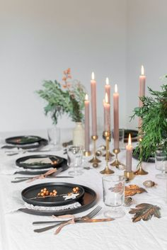 Table setting for Christmas with candles Dinner Party Decorations, Dinner Party Table, Christmas Table Decorations, Dinner Parties, Christmas Table Settings, Holiday Tables, New Year Table, Diy Girlande, Autumn Table