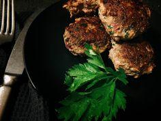 Einfaches Rezept für low carb Frikadellen ohne Semmelmehl oder Brötchen. Fluffig und saftig. Ohne Schnick-schnack. Einfach lecker.