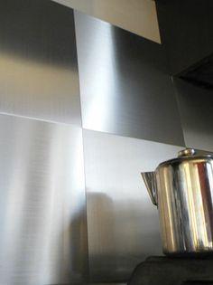 Une crédence en carreaux d'aluminium adhésif - Relooking facile : vive le carrelage adhésif ! - CôtéMaison.fr#diaporama#diaporama