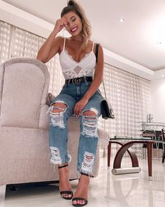 Body de renda + jeans destroyed: o duo mais cool ever - Guita Moda Trendy Outfits, Summer Outfits, Cute Outfits, Fashion Outfits, Fashion Trends, Fashion Fashion, Gym Clothes Women, Latest Fashion For Women, Womens Fashion