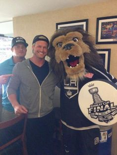 WWE Superstar Dolph Ziggler (Nick Nemeth) and his younger brother former WWE NXT star Briley Pierce (Ryan Nemeth) with the mascot of the Los Angeles Kings. Bella Diva, Kings Hockey, Best Wrestlers, Watch Wrestling, Dolph Ziggler, Wwe Tna, Los Angeles Kings, Win Or Lose, Hockey Teams