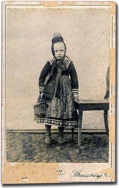Mädchen aus Kirchvers mit Tragekörbchen, um 1902 #Marburg #evangelisch