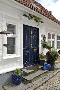 Huset i Lunden: Stavanger, Norway Beautiful Norway, Beautiful Homes, Beautiful Places, Norway House, Norwegian House, Home Focus, Front Door Colors, Oslo, Entrance Doors