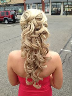 Who says you can't wear your hair down for prom? ;) We love this look!