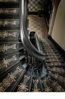 To me it looks more Victorian Aesthetic Era than Art Deco with the use of the black and ornate gold stencil. Maybe Art Nouveau but not Deco. Architecture Details, Interior Architecture, Interior And Exterior, Interior Design, Interior Stairs, Victorian Architecture, Amazing Architecture, Casa Art Deco, Art Deco Home