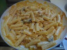 TORTIGLIONI ALLA BOSCAIOLA   La cucina di casa mia-150 gr di funghi misti surgelati -uno spicchio d'aglio -olio -80 gr di pancetta dolce -2 cucchiai di salsa di pomodoro -100 ml di panna per cucina -sale -pepe -curcuma -400 gr di tortiglioni