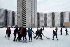 hockey-played-in-a-moscow-housing-estate-1984