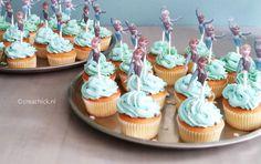 DIY frozen Elsa and Anna cakes for a girls birthday. Free Recipe including the Elsa and Anna printable. Traktatie voor school. Frozen cakejes. Recept hier te vinden, inclusief de figuurtjes om zo uit te printen.