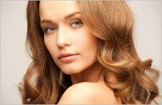 reichen, Schokolade braunen Haaren ist Rasiermesser schneiden in einen langen, vielschichtigen Stil mit langen Fransen, die reibungslos in die Schicht... #Frisur #geschichtet #lange #fringe
