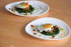 von kuechenereignisse.com  Faschierte Laberln mit Spiegelei und Spinat