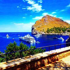 Große Yachten in der Bucht von Sa Calobra in Mallorca im Tramuntana Gebirge Port De Soller, Strand, Opera House, Building, Travel, Island, Sailing Yachts, Vacation Places, Viajes