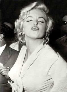 Marilyn Monroe (a. Norma Jeane Baker) was born exactly 85 years ago today. If you're not already aware that Marilyn Monroe was and still is the quintessential American sex symbol, then this galler Divas, Elvis Presley, Fotos Marilyn Monroe, Marilyn Monroe Movies, Photos Rares, Pin Up, Duckface, Portrait Studio, Weegee