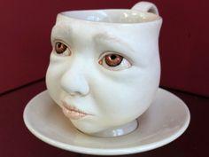 El artista Johnson Tsang esculpe inquietantes figuras infantiles en objetos cotidianos