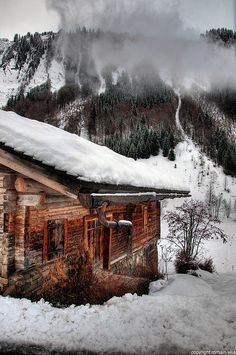 Log Cabin / Wooden chalet deep in the snow and mountains. Ideas De Cabina, Little Cabin, Log Cabin Homes, Log Cabins, Rustic Cabins, Cozy Cabin, Winter Cabin, Snow Cabin, Cozy Winter
