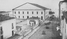 A Casa da Alfândega recém construída, em 1860, e inaugurada no ano seguinte. Fotografia de Camillo Vedani. O prédio abriga atualmente o Mercado Modelo. Os prédios em frente, incluindo a alfândega velha, foram posteriormente demolidos para dar lugar à praça Cayru.   FONTE:Guia Geográfico Salvador Bahia