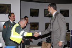 Don Felipe saluda al personal de la Agrupación de Tráfico de la Guardia Civil durante su visita al Centro de Gestión del Tráfico. Dirección General de Tráfico. Madrid, 06.04.2015