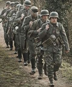 History Geek — Marching to the front, Italy 🇮🇹 1945 German Soldiers Ww2, German Army, Photos Originales, Germany Ww2, Man Of War, German Uniforms, War Dogs, War Photography, Cthulhu
