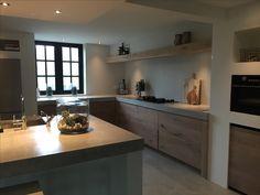 Houten keuken met betonnen blad
