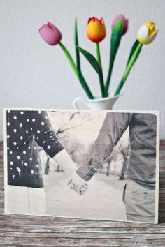 Für euch habe ich heute ein Schritt-für-Schritt-Tutorial, wie ihr ganz einfach ein Bild auf Holz übertragen könnt - auch eine tolle DIY-Geschenkidee!
