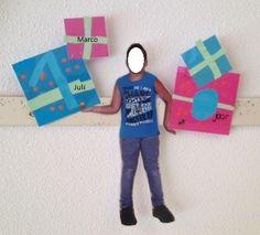 Verjaardagskalender knutselen (klas / school). Maak foto's in verschillende houdingen. Laat de kinderen cadeautjes knutselen, met naam en datum. Erg leuk!!!