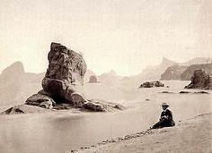 Pedra da Itapuca na Praia de Icaraí, Niterói. Observe o Pão de Açúcar (esquerda) e Corcovado (direita) atrás. LITERATURA & RIO DE JANEIRO: IMAGENS DO RIO ANTIGO: CAMÕES, MALTA, FERREZ, LEUZINGER, DEBRET, GRASSER & GUTA