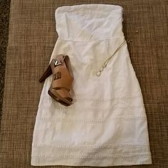 """Old Navy Dress**FLASH SALE** Adorable strapless dress, worn just a handful of times, fully lined, blend of linen and rayon, comfortable and cute. No stains or rips, no pilling, EUC, elastic on the back, zipper at one side, empire waist type, very flattering because of the waist and ruching on the back.Lenght 28.5"""", waist under bust, 12.5"""",armpit to armpit 14"""". Tagged size 4,runs small, more like size 2, It could work for a size  XXSmall, or XSmall***please read measurements***       ***FLASH…"""