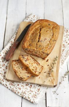 Pan de tomates secos, olivas, queso y albahaca