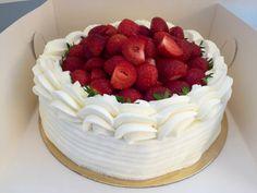 Jordgubbstårta - Baka en saftig jordgubbstårta till sommarens alla fester Happy Birthday Images, No Bake Cake, Bakery, Deserts, Sweets, Food, Student, Strawberry Sponge Cake, Sour Cream