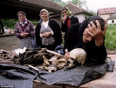 263190C800000578-2973788-Above_a_Bosnian_Serb_woman_mourns_over_the_remains_of_her_son_ki-a-6_1425162559213.jpg (634×485)