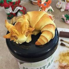 We are so in love with this adorable dragon croissant sculptureby Polymer Clay Dragon, Cute Polymer Clay, Polymer Clay Animals, Cute Clay, Polymer Clay Crafts, Polymer Clay Figures, Cute Food, Good Food, Yummy Food