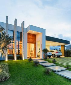 When you choose modern house plans as the basis for the design of your home, you veer off from the overt use of traditional styles that seem to be promi… Modern Exterior, Exterior Design, Design Interior, Dream House Exterior, Facade House, Modern House Design, Future House, Beautiful Homes, Architecture Design