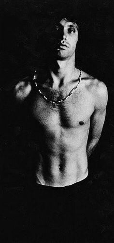 Jim Morrison photographed by Joel Brodsky, 1968. Veja também: http://semioticas1.blogspot.com.br/2013/04/aventuras-da-percepcao.html