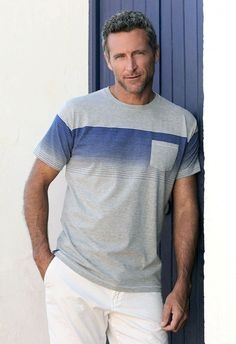 Camiseta clásica manga corta, cuello redondo, estampado superior rayas finas horizontales y bolsillo estampado lateral superior
