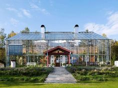 Familie Solvarms Glasgewächshaus in Sikhall Dome Greenhouse, Backyard Greenhouse, Earthship Home, House In Nature, Beach Wallpaper, Glass House, Architecture, Exterior Design, Bungalow
