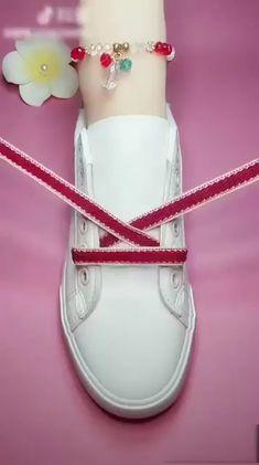 Buket Coşkun The post DIY unglaubliche Schnürsenkel Guide! Buket Coşkun 2019 appeared first on Lace Diy. Ways To Lace Shoes, How To Tie Shoes, Diy Lace Shoes, How To Lace Vans, Creative Shoes, Creative Ideas, Shoe Crafts, Clothing Hacks, Sewing Hacks