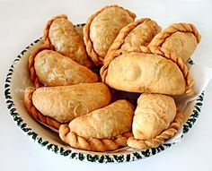 Indian pastries, a delicious homemade snack. Tasty with a spicy sauce as a snack or as a side dish w Dutch Recipes, Asian Recipes, Empanadas, Tapas, Asian Snacks, Snack Recipes, Cooking Recipes, Good Food, Yummy Food
