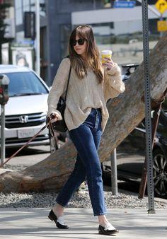 Dakota Johnson and Zeppelin was seen shopping on Melrose Place in Los Angeles, California (Mar. Estilo Dakota Johnson, Dakota Johnson Street Style, Dakota Style, Look Fashion, Fashion Outfits, Fashion Trends, Womens Fashion, Estilo Jeans, Parisian Style
