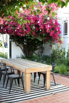 Take a peek at some beautiful backyard inspiration. A mini-guide to help you create the outdoor oasis of your dreams! Outdoor Dining Set, Outdoor Entertaining, Outdoor Rooms, Outdoor Gardens, Outdoor Living, Outdoor Decor, Outdoor Chairs, Design Jardin, Garden Design