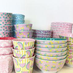 Nyhet på R.O.O.M. Nya mönster på skålar och muggar från @ricedk Mugg 45kr/st, skål 89kr/st. Finns på R.O.O.M. Täby C. #roombutiken #nyhetpåroom #ricedk