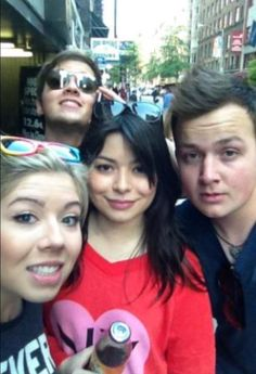 Miranda Cosgrove iCarly filming on streets of New York City Miranda Cosgrove, Jennette Mccurdy, Drake And Josh, Sam E Cat, Jerry Trainor, Icarly Cast, Icarly And Victorious, Nathan Kress, Celebrity Selfies