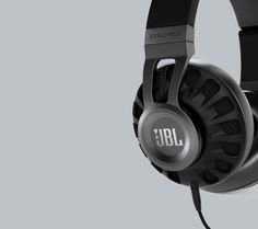 The JBL Synchros S700 headphones feature Livestage technology, bringing you closer to the music.
