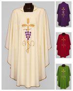 CASULA La mette il sacerdote per la celebrazione della Messa: bianca, rossa, verde o morello a seconda del tempo liturgico; ricopre le spalle e le braccia fin quasi ai piedi