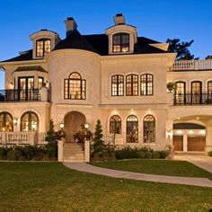 Dream home! Traditional Exterior Design, Pictures, Remodel, Decor and Ideas - page 11 Custom Home Builders, Custom Homes, Exterior Tradicional, Huge Houses, Amazing Houses, Unusual Houses, Awesome House, Play Houses, House Ideas