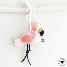 Decoratie Flamingo hanger Deze lieve flamingo met schattige glitterdetails is handgemaakt. Je kunt er hartstikke leuk je kamer mee decoreren, ook als kast- of deurhanger heel erg mooi. Leuk om te combineren met de flamingo slinger! Materiaal: 100% wolvilt Afmeting: flamingo is ± 10,5 cm breed Lengte van de hanger is ± 15 cm Let op: dit is géén speelgoed!